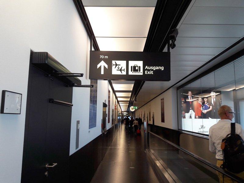 Указатели на выход в аэропорту Вены