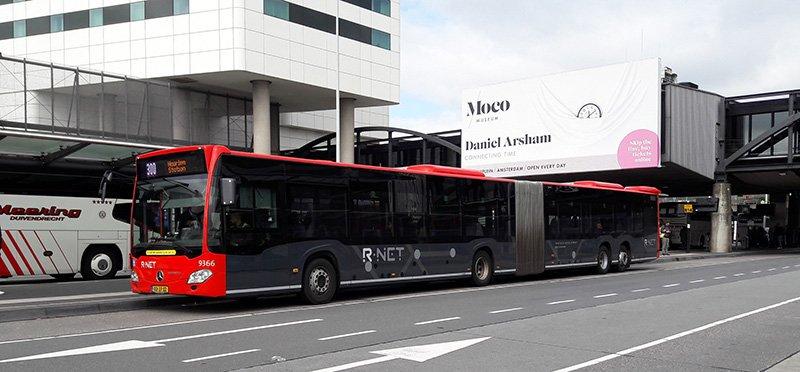 Из аэропорта в Амстердам можно доехать в автобусе Amsterdam Airport Express