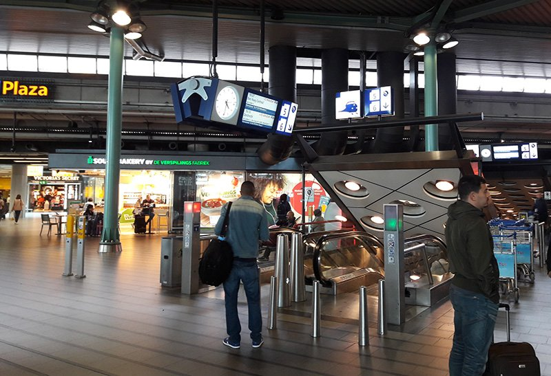 Эскалаторы ведущие на платформы железнодорожной станции в аэропорту Схипхол