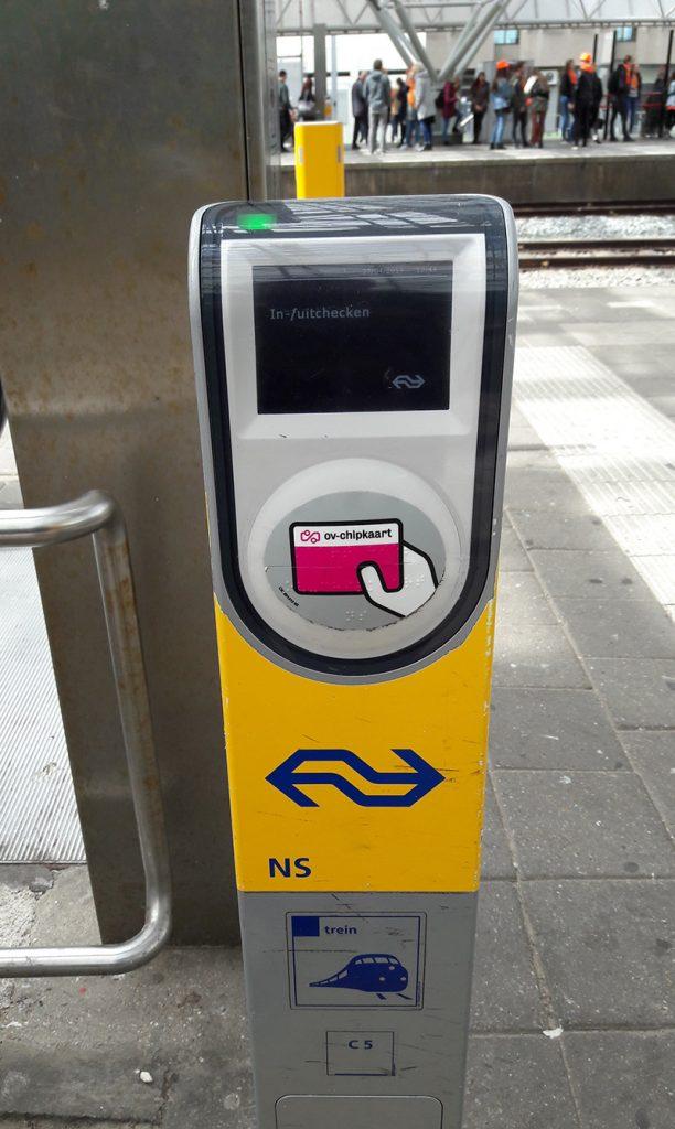 В начале и в конце поездки из аэропорта в Амстердам нужно сканировать билет вот в таком устройстве