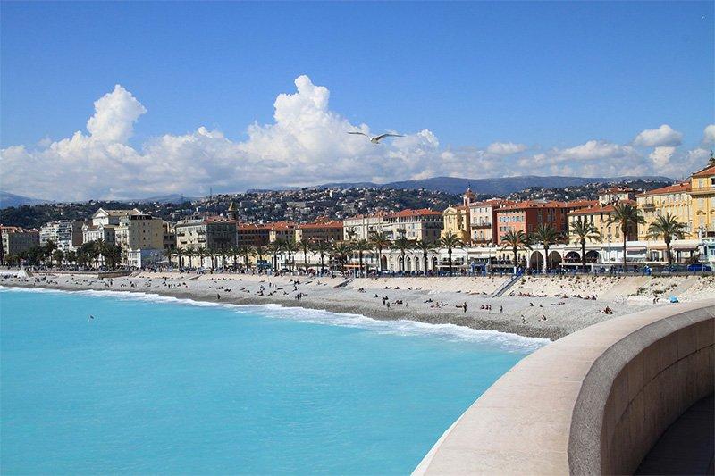 Пляжи в Ницце напротив старого города
