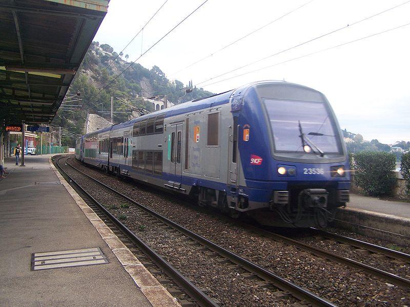 поезд TER на станции Вильфранш-сюр-Мер