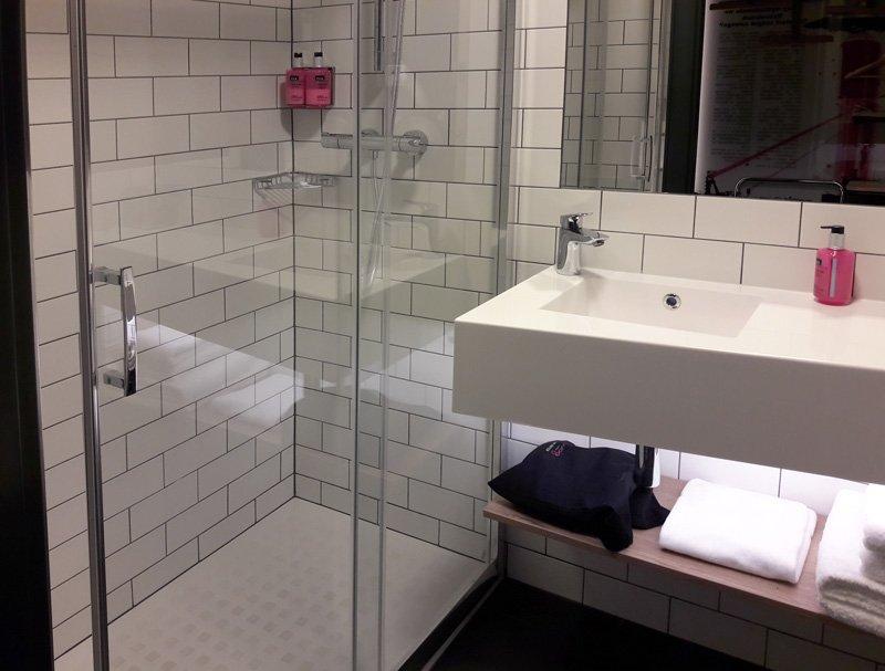 Ванная комната в номере отеля Стандартный номер в отеле MOXY KATOWICE AIRPORT