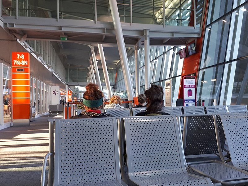 Вот такие металлические кресла установлены по всему аэропорту